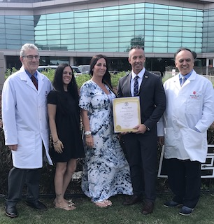 De izquierda a derecha, el Dr. Waltzer, Eleanor Lalima, Lisa Figueroa Filosa, el concejal de la ciudad de Babylon, Terence McSweeney, y el Dr. Darras como Lisa recibe el Premio al Heroísmo frente al Hospital Universitario Stony Brook.