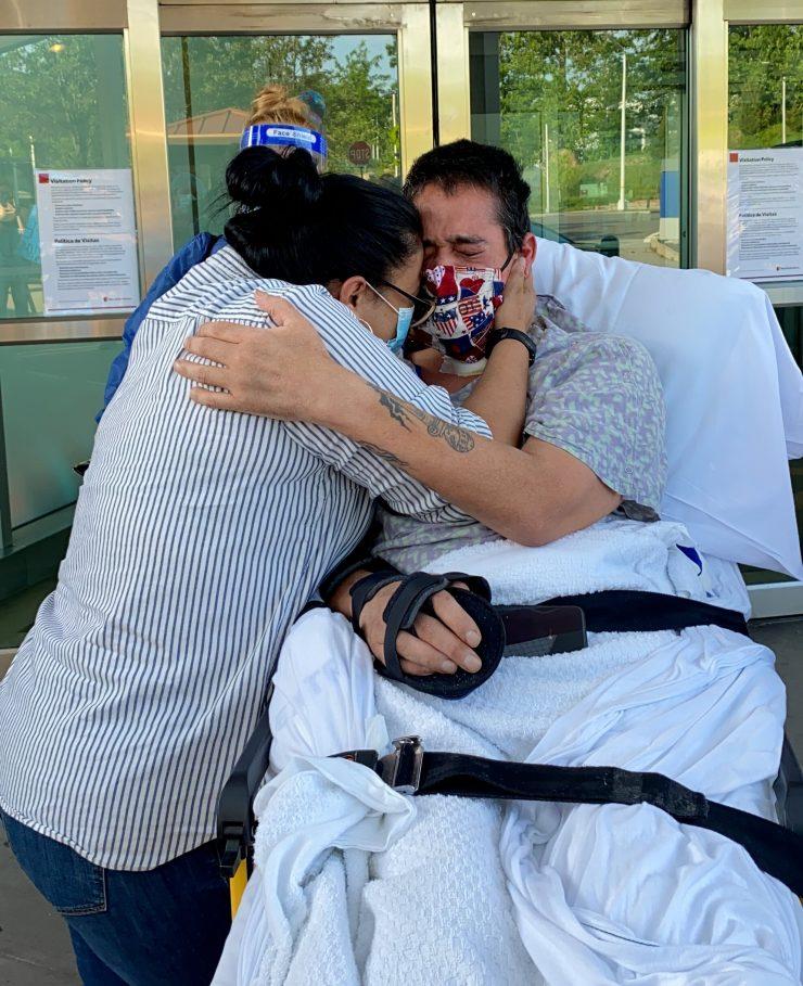 Gary abrazando esposa